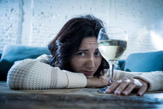 Одинокая женщина пьет алкоголь